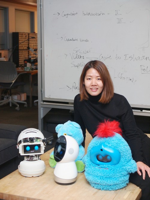MIT 미디어랩 퍼스널로봇 그룹의 박혜원 박사와 그가 만든 로봇 '테가'(맨 오른쪽 로봇) - 윤신영 제공